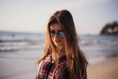 Stäng sig upp strandståenden av den gladlynta blonda hipsteren Lös flicka på sommarstranden med solglasögon, hipsterflickastil Royaltyfri Bild