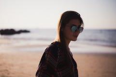 Stäng sig upp strandståenden av den gladlynta blonda hipsteren Lös flicka på sommarstranden med solglasögon, hipsterflickastil Royaltyfri Foto