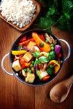 Stäng sig upp sund maträtt på pannan med ris på sida arkivbild