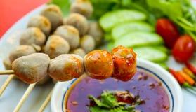 Stäng sig upp traditionell thailändsk mat, grillade grisköttköttbullar med söt chilisås Kryddig meny Arkivbilder