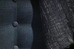 Stäng sig upp tygtextur av den stoppade lyxiga fåtöljen Högvärdigt sy och crosshatched modell på soffayttersida arkivbilder