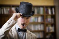 Stäng sig upp ung vampyr med den svarta bästa hatten Royaltyfria Foton