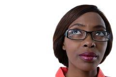 Stäng sig upp upp av kvinna med glasögon som ser upp Arkivbilder