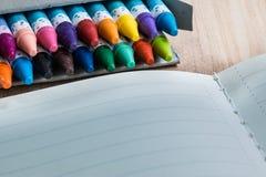 Stäng sig upp uppsättning av färgpennan i asken Arkivfoton