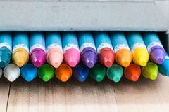 Stäng sig upp uppsättning av färgpennan i asken Royaltyfri Bild