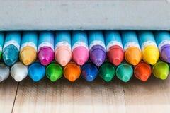 Stäng sig upp uppsättning av färgpennan i asken Fotografering för Bildbyråer