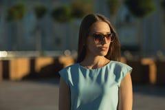 Stäng sig upp utomhus- modeportait av affärskvinnan Royaltyfri Bild