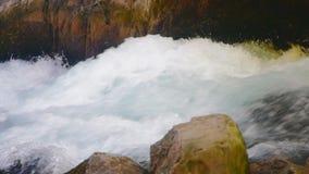 stäng sig upp vattenfallet stock video