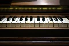 Stäng tangenterna av ett musikaliskt piano Romantisk atmosfär royaltyfri foto