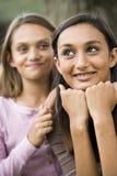 stäng tonårs- övre mer ung för flickasyster arkivbild