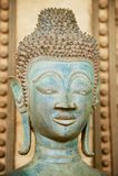 Stäng upp av en framsida av en forntida kopparBuddhastaty förutom den Hor Phra Keo templet i Vientiane, Laos royaltyfria foton
