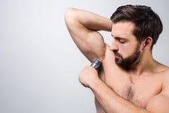 Stäng upp av en grabb det raka något hår under hans armhåla Han försöker att göra hans bästa annonserande begrepp Klipp sikten Royaltyfri Foto
