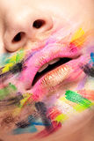 Stäng upp av kanter med färger över hela munnen arkivbilder