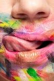 Stäng upp av kanter med färger över hela munnen royaltyfri foto