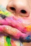 Stäng upp av kanter med färger över hela munnen fotografering för bildbyråer
