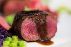 Stäng upp av lammkotletter med den ärtan purpurfärgade potatisar Royaltyfria Bilder