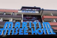 Stäng upp av tecken på svarta Forest Iconic Hotel Maritimen Titisee royaltyfri fotografi