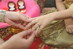 Stäng upp brudgummen Put vigselringen på brud Royaltyfri Foto