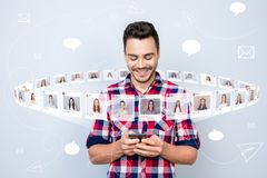 Stäng upp det glade fotoet honom honom hans grabb, håll somtelefonen läste den nya stolpen, online-internethackan väljer valillus vektor illustrationer