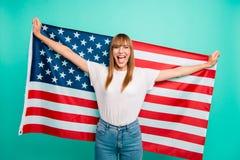 Stäng upp det härliga fotoet henne hennes damarmhänder som hållen fördelade den stora amerikanska flaggan som skriker galet bekym fotografering för bildbyråer