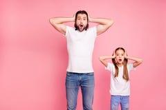 Stäng upp det härliga fotoet henne hennes lilla lilla dam honom honom som hans pappa att stirra på ho armar för uttryckshållhande arkivbild