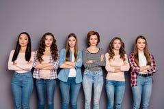 Stäng upp det härliga fotoet henne hennes magra rumskamrater för sex damer som systrar väntar för att be om ursäkt pojkvännen int royaltyfri bild