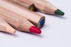 stäng upp kulöra blyertspennor Arkivfoto