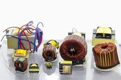 Stäng upp litet av många spolen och den elektriska transformatorn för industriellt med kopieringsutrymme royaltyfria bilder
