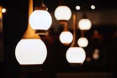 Stäng upp många den gula lampan i kafé på natten royaltyfri bild
