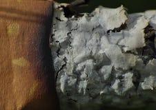 Stäng upp makroen av en cigarettstubbe och en aska, avslutad oskick, hälsovårdbegrepp död nr Foto som tas i UK arkivfoton