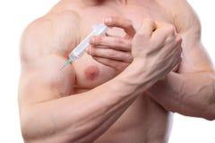 Stäng upp skott en injektion av steroider i biceps arkivbild