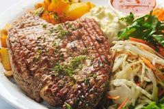 stäng upp stekt steak Arkivbild