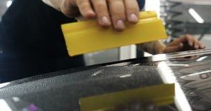 Stäng upp till PPF-installationsprocessen på en främre bakre billykta och bamper lager videofilmer