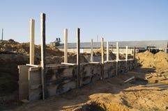 Stänga med fönsterluckor av trä för konstruktionen av byggnadsfundamentet Royaltyfria Foton