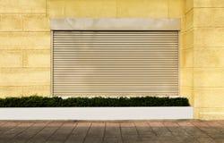 Stänga med fönsterluckor metall för stål för rulldörren aluminium på cementväggen och lura arkivfoton