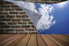 Stänga tegelstenväggen med blå himmel Arkivfoton