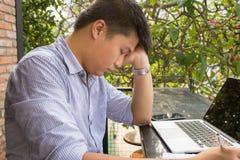 Stängande ögon för trött affärsman och att ta ett avbrott royaltyfri fotografi