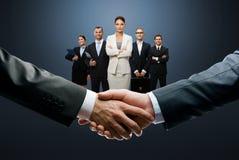 Stängande avtal med en handskakning royaltyfria bilder