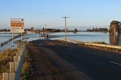 stängd översvämmad väg Arkivfoto