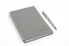 Stängd anteckningsbok med pennan Arkivbilder