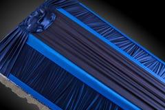 Stängd blåttkista som täckas med den eleganta torkduken på grå bakgrund kistanärbild Royaltyfri Bild