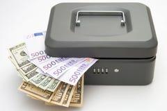 Stängd cashbox med pengar på vit royaltyfri bild