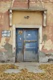 Stängd dörr av det gamla huset arkivbild