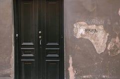 Stängd dörr med symboliskt gå i flisor Royaltyfria Bilder