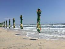 Stängd förfallen stark vind för strandparaplyer Royaltyfri Foto