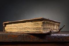 Stängd forntida bok Royaltyfri Fotografi