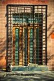 Stängd gammal dörr med metallstänger. Nöd- utgång Royaltyfria Foton