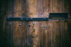 Stängd gammal trädörr med metallbrevlådaöppning royaltyfri fotografi