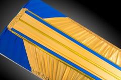 Stängd guling- och blåttkista som täckas med den eleganta torkduken på grå bakgrund kistanärbild Royaltyfria Bilder