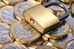 Stängd hänglås på guld- mynt Royaltyfri Fotografi